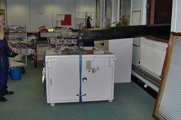 Using Specialised lifting Equipment to move Safes image